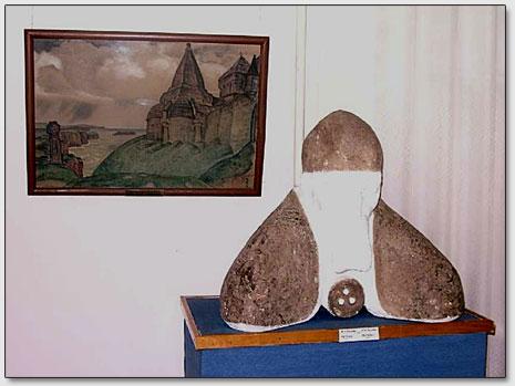 Бюст Н.К.Рериха и одна из его ранних картин в залах Горловской картинной галереи.