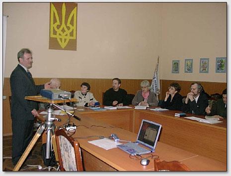 S.G.Dzhura vorträgt (steht); sitzen (von links nach rechts): J.M.Kljuchnikov, L.I.Kljuchnikova, S.R.Ableev, N.A.Toots, E.G.Jakovleva, V.K.Trofimjuk.