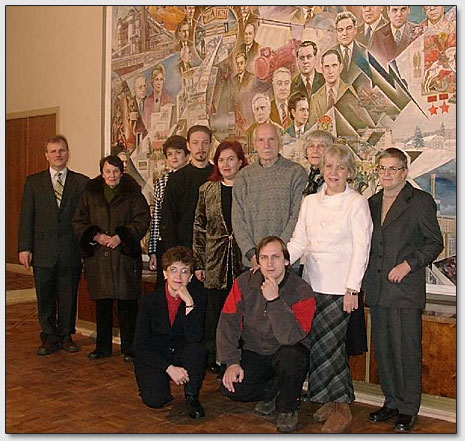 Das Abschiedfoto der Teilnehmer des Seminars im Foyer der Donezker Institut; im Hintergrund ist das Bild
