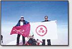 Die Fahne Sankt Petersburgs und des Friedensbanners. Berg Elbrus. 11 Mai, 2003.