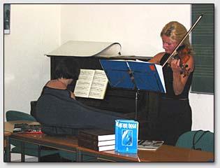 Дуэт музыкантов выступает на первой части Рериховского собрания в г. Гамбурге 7 июня 2003 г.