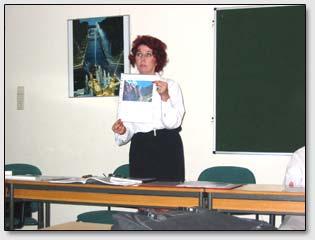 Раиса Эмих выступает с докладом о поэзии Н.К.Рериха на Рериховском собрании в г. Гамбурге 7 июня 2003 г.