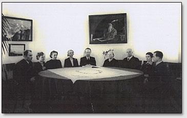 Латвийское Рериховское Общество, Рига, 30-года. В центре Рихард Рудзитис, третий справа Гофмейстер Владимир