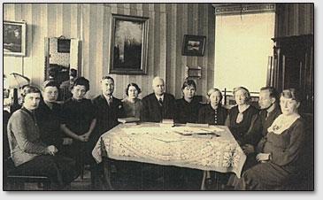 Гофмейстер Владимир (в центре) с членами кружка по изучению Агни Йоги, Нюрнберг, 1950-60-е года.