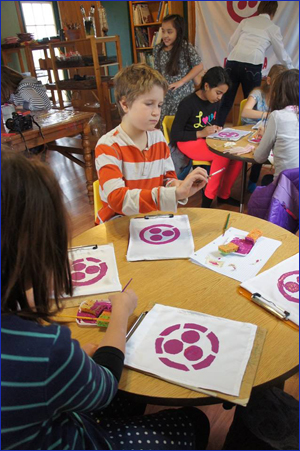 Дети из Центра Живой Этики рисуют Знамя Мира на уроке о Пакте Рериха