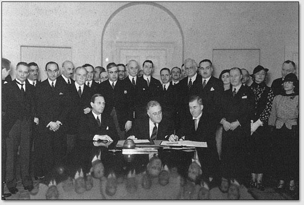Henry Wallace bei der Unterzeichnung des Roerich-Paktes am 15. April 1935. Präsident Roosevelt und Vertreter der Panamerikanischen Vereinigung und des Roerich-Museums sind ebenfalls anwesend.