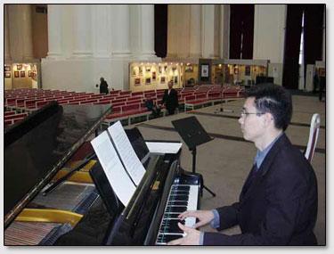 Der Pianist von Kunstschule namens Roerich bereitet sich auf die Vorstellung vor.