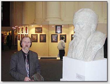 Der Bildhauer Victor Zajko vor seiner Schaffung von der Roerichs Büste.