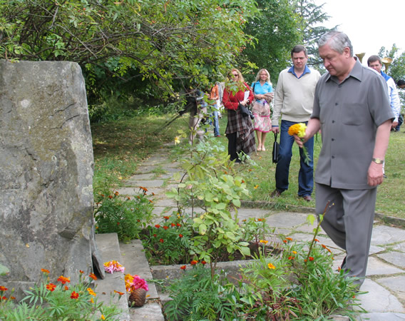 H.E. Mr V.I.Trubnikov, Ambassador of Russia pays tribute to N.Roerich at the Samadhi place