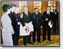 Die Internationale Akademie der Raumfahrt ueberreicht das Friedensbanner dem Praesidenten Kasachstans Nasarbaev, 1999.